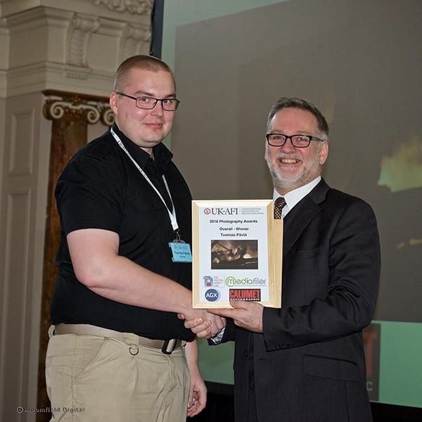 Tuomas ontvangt zijn Award van Richard Kemp, Directeur AGX Holdings Ltd. Foto: Bloomfield Digital